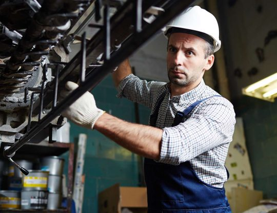 pracovnik-opravuje-stroj-cut-HD